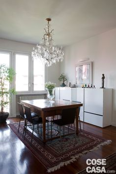 Sono bastati pochi interventi per rendere più aperto e accogliente questo appartamento. Con un progetto eclettico che valorizza gli accostamenti che prevedono classico più contemporaneo, negli arredi e nelle finiture.