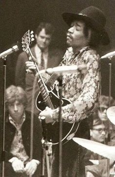I love this shot of Jimi Hendrix playing an old version Les Paul Custom. I've seen many photos of him playing an SG and a Flying V but this was the first Gibson Les Paul photo. Jimi Hendrix Experience, Blues Rock, Music Is Life, My Music, World Music, Jimi Hendricks, Historia Do Rock, Ju Jitsu, Les Paul Custom