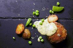Krebinetter med råstegte kartofler, grønne ærter og bearnaisesauce med dild