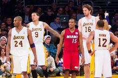 Imagen de un partido de baloncesto en la nba con gasol en escena y donde las paginas de apuestas sacaran cuotas para el ganador a final de temporada