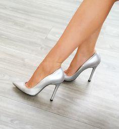 Perle Perlglanz Silber Stilettos / Pumps / Silber Pumps / High Heels / High he . Silver Heels Prom, Prom Heels, Silver Shoes, Shoes Heels, Glitter Heels, Heeled Sandals, Dress Shoes, Stilettos, Stiletto Pumps