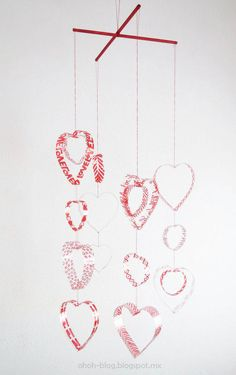 Have fun making a Valentine's day heart decor. Easy craft made with recycled plastic bottles, perfect to craft with kids. Heart Decorations, Valentines Day Decorations, Valentines Diy, Plastic Bottle Crafts, Recycle Plastic Bottles, Plastic Art, Recycled Bottles, Shabby Chic Hearts, Wreath Forms