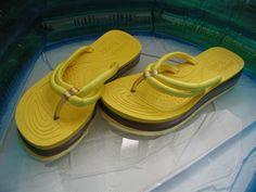 Gelbe Badeschuhe im Pool