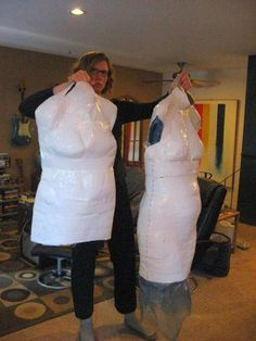 making a dressform the right way(the left form she hold is the wrong one) tuturial. Very good article!