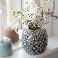 The spring collection offers a variety of vases that evoke thoughts of nature's flowers. Vase, available in two colours and two sizes. Price per item DKK 27,70 / ISK 719 / SEK 39,90 / NOK 38,90 / EUR 3,89 / GBP 3,88