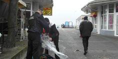 Strażnicy z Ustki pomogli młodemu mężczyźnie, który wraz ze swoim latawcem został zniesiony do morza. #ustka24info