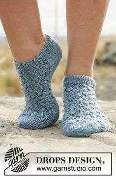 """Neptunia Socks / DROPS 129-18 - Pitsineuleiset DROPS nilkkasukat """"Fabel""""-langasta."""