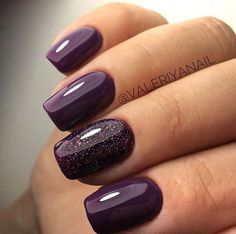 False nails have the advantage of offering a manicure worthy of the most advanced backstage and to hold longer than a simple nail polish. The problem is how to remove them without damaging your nails. Plum Nails, Purple Nail Polish, Fancy Nails, Nail Polish Colors, Trendy Nails, Cute Nails, Lilac Nails, Coffen Nails, Glittery Nails