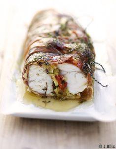 Recette Rôti de lotte : Allumez le four sur th. 7/210°.Lavez les légumes.Coupez les courgettes en lamelles, la tomate et le citron en fines rondelles.Mettez ...