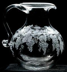 Kristal sürahi Gürcü Cam Makineleri tarafından üflenir.  El Lesley Pyke tarafından oyulmuş