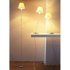 """""""Магический"""" светильник от black+blum легко трансформируется из торшера в настольную лампу. Достаточно взять алюминиевую основу и укоротить с её помощью гибкий шнур, а потом закрепить светильник на нужной высоте. Лампа крепится к потолку с помощью невидимой лески (крепление и нить входят в комплект), таким образом создаётся иллюзия парящего светильника, который держится всего лишь за счёт обычного провода. Покупка такой оригинальной лампы станет приятным поводом для обновления интерьера…"""