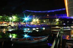 Florianópolis, Brasil.  Barra da Lagoa es la playa indicada para quienes busquen el contacto con pobladores locales. Los caseríos y negocios típicos, sumados a la actividad pesquera, atraen a turistas de todas partes. Es también uno de los sectores más importantes de vida nocturna de la isla.