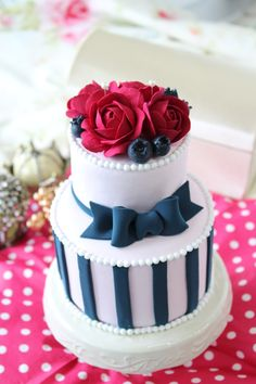クレイのケーキ型リングピロー ストライプとパッキリした赤いバラが印象的な大人かわいいデザイン http://claydesign.jp/