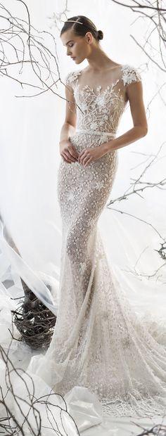"""[Caption]Chiếc đầm xuyên thấu phong cách """"nửa kín nửa hở"""" đầy quyến rũ được tạo nên bằng kỹ thuật đắp ren, tôn lên đường cong quyến rũ của người mặc. Váy có phom dáng ôm sát, chân váy được may bằng voan trong suốt, tạo khoảng hở hợp lý cho váy cưới, đồng thời khoe đôi chân dài cho cô dâu."""