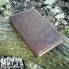 Crazy Horse oil tan leather = YUM!   We use this leather a lot, because you love it!  This is one of our Field Notes Covers.. Grab one today! www.mottsleatherdesigns.com  #doyouevenmotts #mottsleatherdesigns #premium #handcrafted #leathergoods #fieldnotes #fieldnotescover #fieldnotescase #penaddict #planneraddict #journaladdict #customleather #madeinusa #vegtan #hermannoak #crazyhorse #rustic #wallet #edc