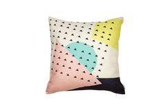 The Best Memphis Design Movement Trend Pieces 2017 Throw Pillow Cases, Pillow Covers, Modern Couch, Memphis Design, Design Movements, Thing 1, Design Show, 80s Design, Cotton Linen