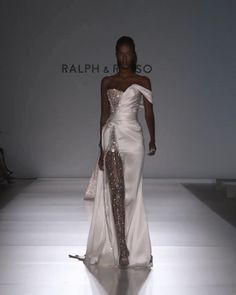 Ralph & Russo Look Spring Summer 2020 Couture Collection Stunning White Slit Strapless Sweetheart Evening Maxi Dress / Evening Gown with a small Train. Runway Show by Ralph & Russo. Women's Runway Fashion, Look Fashion, Couture Fashion, Fashion Design, Fashion Vintage, Steampunk Fashion, Party Fashion, Victorian Fashion, Gothic Fashion