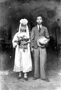 ca 1920 wedding photo of Asian couple. Vintage Couples, Vintage Wedding Photos, Vintage Bridal, Vintage Glamour, Vintage Weddings, Wedding Couples, Wedding Bride, Wedding Gowns, Wedding Headdress