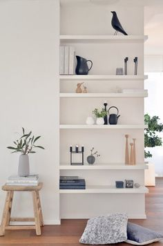 the built-in bookcase shelf wall is such a great idea. the shelves are different heights and would normally end into a wall. Keeping the right side open creates a larger room, and force your eye to look at your collectables. How to display your shelves.