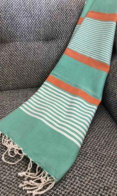 Fouta tunisienne drap de plage - ADGArt Cheap Bedding Sets, Cotton Bedding Sets, Bedding Sets Online, Rug Loom, Striped Bedding, Woven Scarves, Textile Art, Fiber Art, Hand Weaving