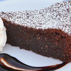 Ecco una ricetta originaria dell'isola di Capri a cui deve anche il suo nome. E' una torta gustosissima abase di cioccolato e mandorleche la rendono davvero speciale. La versione senza glutine è molto simile a quella originale: basta sostituire la farina di frumento con un mix di farina senza glutine e scegliere un cioccolato adatto ...