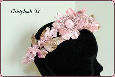 tiara con flores y hojas de terciopelo rosa