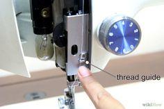 Step 3-Cerca il guidafilo che dirige il filo dal rocchetto sulla parte superiore della macchina alla chiavetta della bobina. È un pezzo di metallo che sporge dalla parte superiore della macchina da cucire sul lato sinistro.