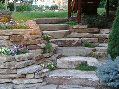 Steingarten mit aufeinandergestapelten Naturstein-Platten