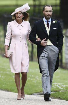La madre de la novia, Catherine Walker, seleccionó un vestido rosado al igual que Kate. El diseño era muy parecido al que utilizó al de la boda del príncipe William y Kate Middleton en abril de 2011. [Entertainment Tonight]