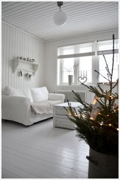 Maybe I will paint my walls and woodwork the same white. Beautiful