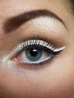 Às vezes esqueço que delineador branco + preto fica tão legal!   Black + White eyeliner can create a very pretty look.