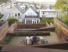 Terrasse à niveaux, palissade, escalier et bordures en bois massif