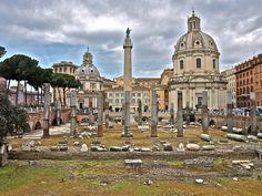 Basílica Ulpia    Basílica Ulpia no foro de Traxano. Ao fondo, a columna.