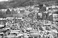 """Foto: Arnulf Pedersen. Fisketorget slik det var der i begynnelsen av 1960-årene. (Eget postkort, poststemplet 1962) Bildet er tatt i mai 1955 eller 1956. Ser baugen på D.s """"Soma"""" som lå som hotellskip under Festspillene, og Zacariasbryggen er ikke revet så jeg tror mest på 1955."""