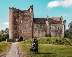 If you want to visit Castle Leoch of Clan MacKenzie in Outlander. Then head to Doune, Scotland! Here's the ultimate list of Doune Castle Outlander locations Scotland Tours, Scotland Trip, Scotland Travel, Carlisle Castle, Fife Coastal Path, Outlander Locations, Holyrood Palace, Outlander Tv, Outlander Wedding