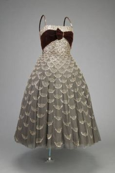 Dior seems to have had a patent on degradé embroidered gowns. A ball gown of 1951 and a degradé embroidered red and white Dior gown from Couture Vintage, Vintage Fashion 1950s, Vintage Dior, Christian Dior Vintage, Mode Vintage, Vintage Beauty, Vintage Dresses, Vintage Outfits, Fifties Fashion