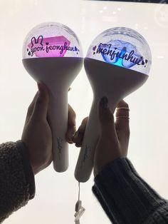 Carat Bong, Kpop Memes, Bts Concert, Bts And Exo, Glow Sticks, Kpop Aesthetic, Woozi, Girls Life, Seventeen