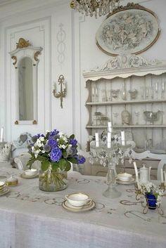 Very pretty dining room..