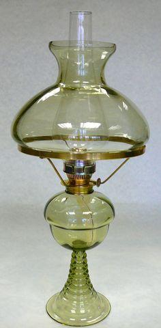 petrolejová+lampa-kerosene+lamp+L-0009-8-A+velikost48cm+Podobně+jako+později,když+plyn+soupeřil+s+nastupující+elektřinou,soupeřily+o+prvenství+v+60.letech+19.století+zdokonalené+olejové+a+petrolejové+lampy.+Petrolej+měl+ale+velkou+přednost,která+mu+nakonec+zaručila+vítězství.+Díky+jeho+dobré+nasákavosti+do+knotu+odpadl+problém+s+komplikovanými+zásobníky+na+svítivo+a... Kerosene Lamp, Table Lamp, Lighting, Craft, Home Decor, Lamp Table, Decoration Home, Light Fixtures, Creative Crafts