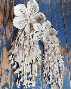 23 Clever DIY Christmas Decoration Ideas By Crafty Panda Diy Macrame Wall Hanging, Weaving Wall Hanging, Hanging Flower Wall, Macrame Bag, Macrame Knots, Micro Macrame, Macrame Tutorial, Flower Tutorial, Macrame Projects