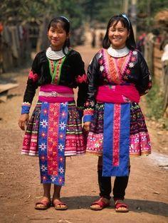 鮮やかなクロスステッチで華やかなモン族。日本でもセレクトショップや世界の民族衣装店で触れる機会も多いでしょう。そのクロスステッチの技術は、タイの難民キャンプから広がりました。