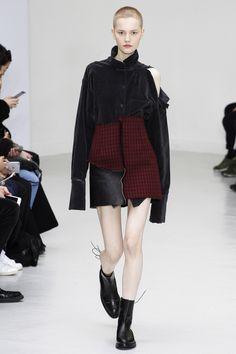 Yang Li Fall 2016 Ready-to-Wear Collection Photos - Vogue Dark Fashion, Minimal Fashion, Love Fashion, Runway Fashion, Fashion Show, Autumn Fashion, Fashion Outfits, Womens Fashion, Fashion Design