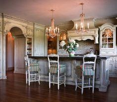 Кухня в стиле шебби-шик: винтажная роскошь для ценителей комфорта и 80 уютных интерьеров http://happymodern.ru/kuxnya-v-stile-shebbi-shik/ Потертая мебель белых оттенков отражает дух старины