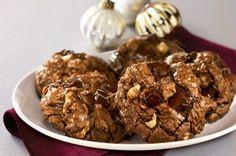 Des biscuits au chocolat débordant de morceaux de chocolat mi-sucré et de noix hachées,aussi bons que leur nom l'annonce. Le paradis pour les amateurs de chocolat!