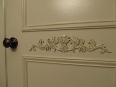 Cute idea if you want to make your doors look fancy.wood appliques - For hallway doors Painted Doors, Wood Doors, Shabby, Kitchen Pantry Doors, Kitchen Reno, Kitchen Cabinets, Bronze Door Knobs, Wood Appliques, Moldings And Trim