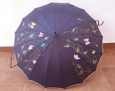 Paraguas morado con ramas de hojas y alegres mariposas