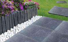 Une bordure de jardin en galets / Garden border with pebbles - Marie Claire Maison Ranch Exterior, Cottage Exterior, Bungalow Exterior, Modern Exterior, Exterior Paint, Back Gardens, Outdoor Gardens, Pebble Patio, Patio Edging
