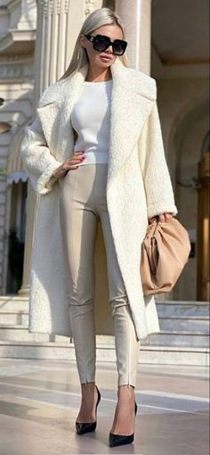 Winter Whites. Fashion Themes, All Fashion, Timeless Fashion, Couture Fashion, Vintage Fashion, Fashion Looks, Fashion Outfits, Fashion Design, Suit Fashion