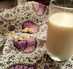 Zelf amandelmelk maken Diy Food, Glass Of Milk, Sugar Free, Smoothies, Groot, Smoothie