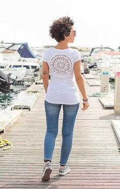 White t-shirt with upcycled vintage crochet doily lacy back - Size S #katrinshine #etsy #handmade #tshirt #white #crochet #summer #upcycled #clothing #fashion #fashiongorl #fashionista #italian #stylishgirl